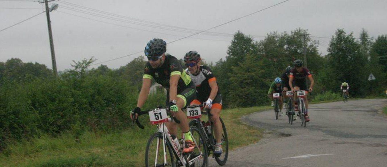 Deszczowy weekend nieodstraszył kolarzy Lubczy. Brali udział wkilku wyścigach.